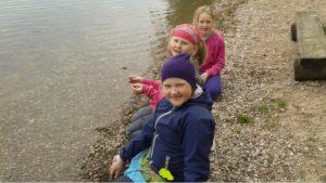 Tytöt rannalla keväällä