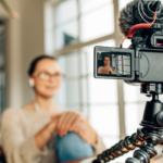 Videokamera kuvaa naista